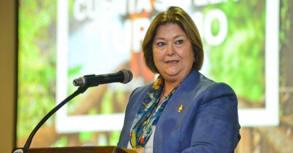 Maria Amalia Revelo ministra de Turismo habla ante el público