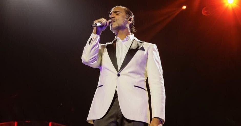 Alejandro Fernández cantando