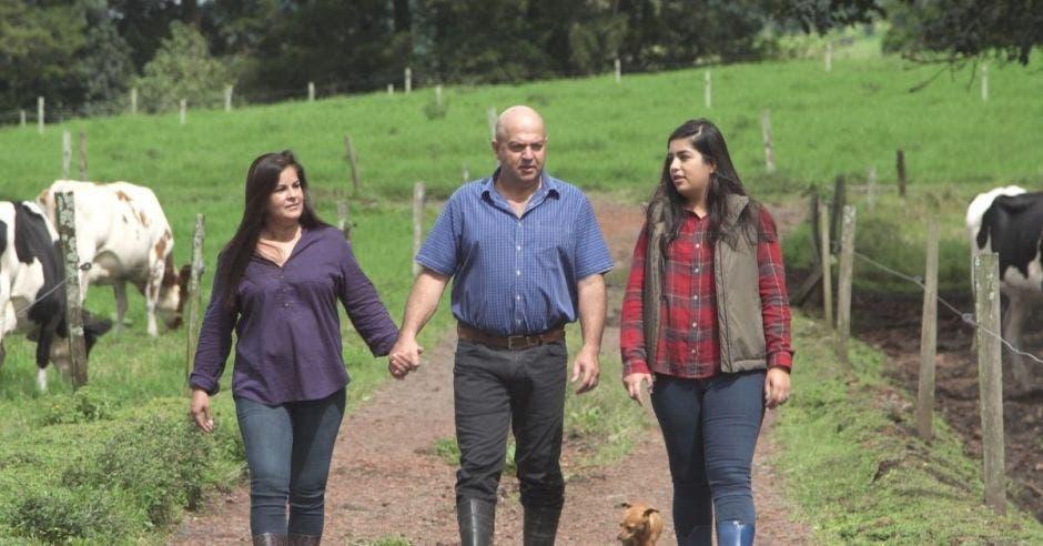 un señor camina acompañado de su esposa y su hija