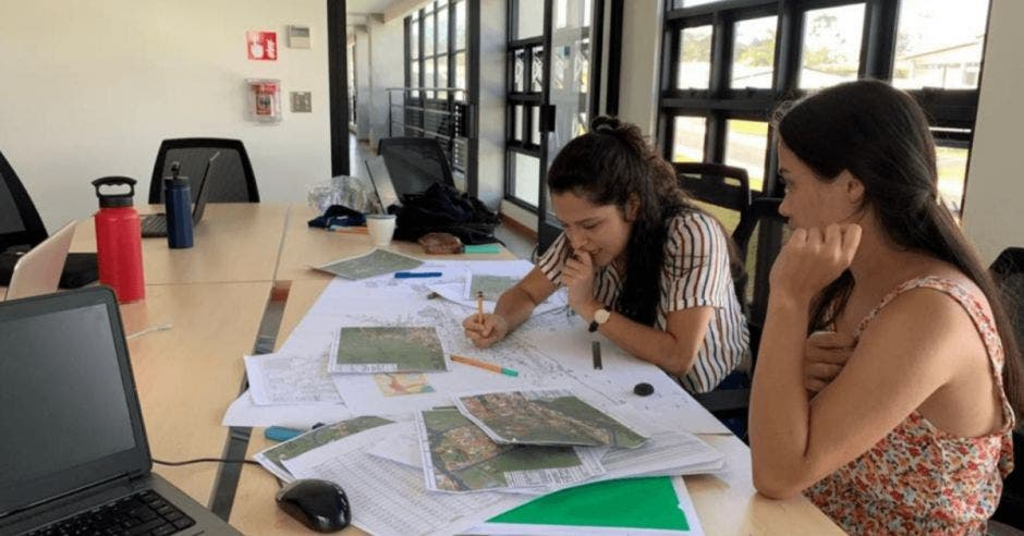 Dos de las estudiantes del grupo analizan pruebas para su proyecto
