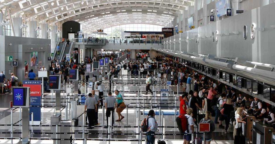 un grupo de gente en una terminal aérea