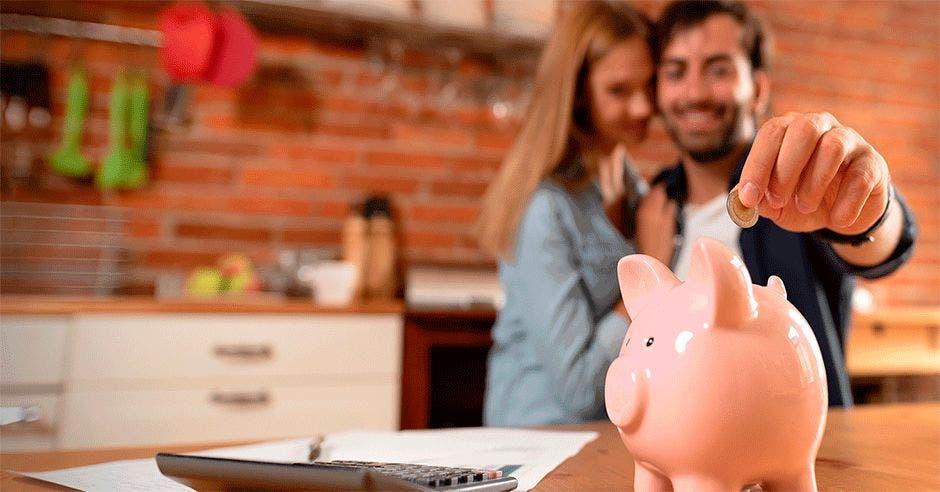 Pareja ingresa moneda al ahorro