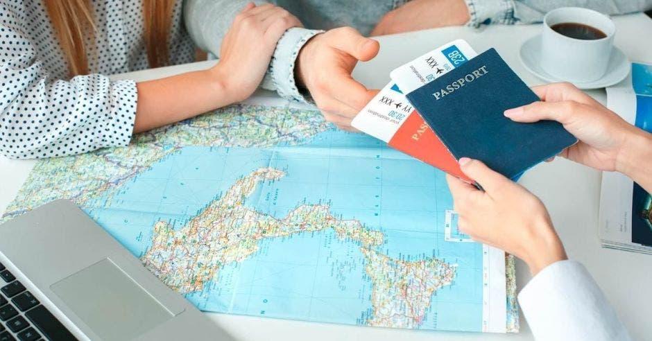 Un hombre entrega unos pasaportes
