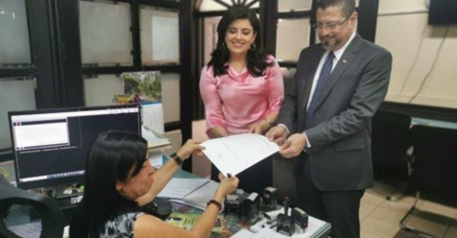 Pilar Garrido, ministra de Planificación y Rodrigo Chaves de Hacienda, presentaron la ley. Cortesía/La República.