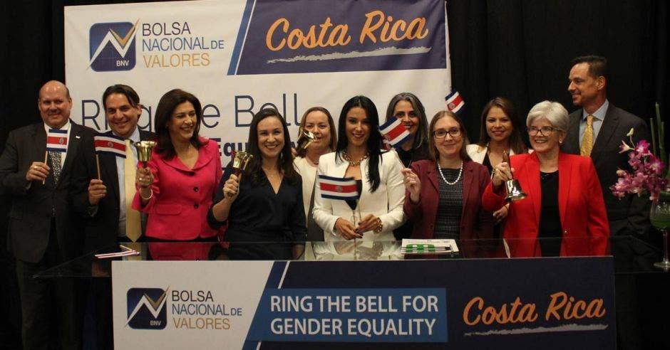 personas en evento de la BNV con banderas de Costa Rica