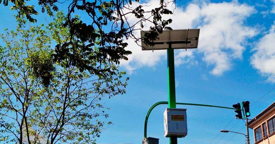 Sistema de semáforos solares en una mañana de verano