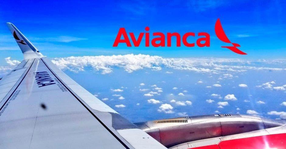 avión de avianca y logo  de  avianca en el  cielo