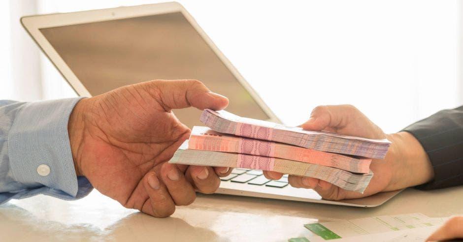 entrega de dinero de una persona a otra