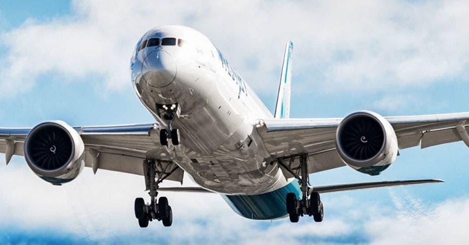 Un avión color blanco con azul surca los aires
