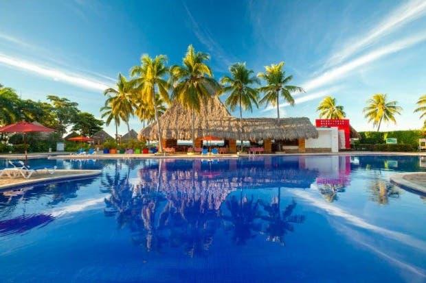 Un rancho reflejado en una piscina azul