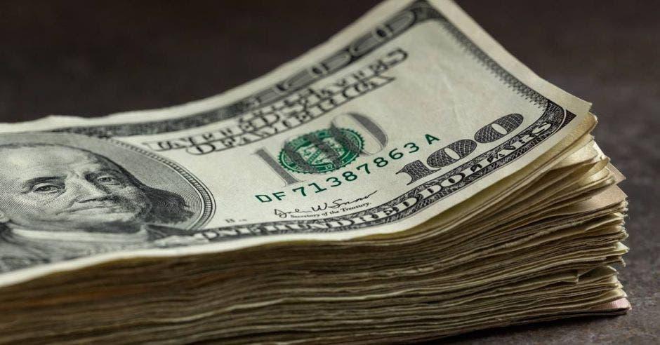puñado de billetes de dólares