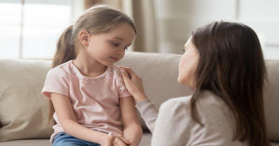 Una mujer hablando con una niña