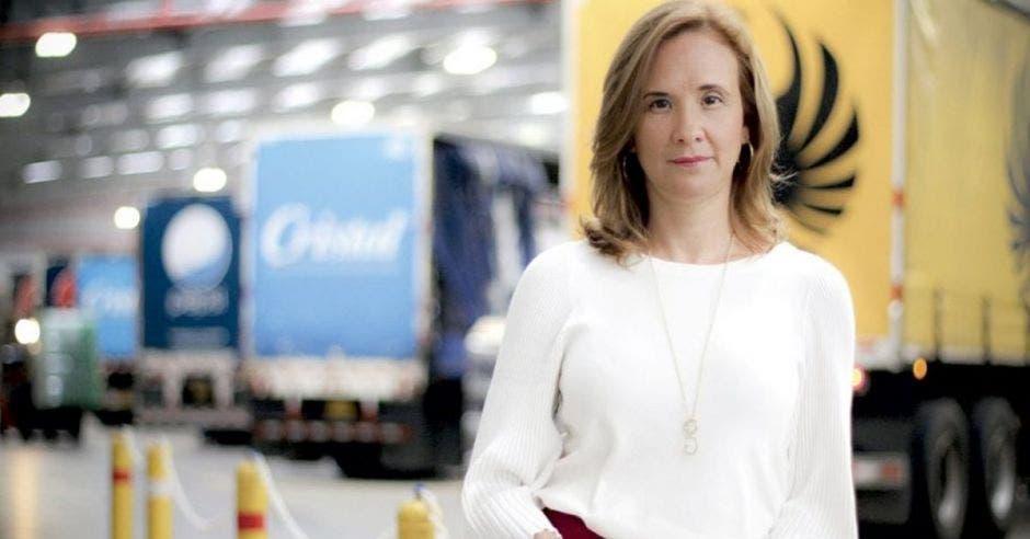 Una mujer contiguo a varios camiones