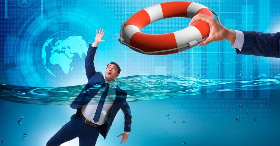persona ahogandose con un salvavidas arriba