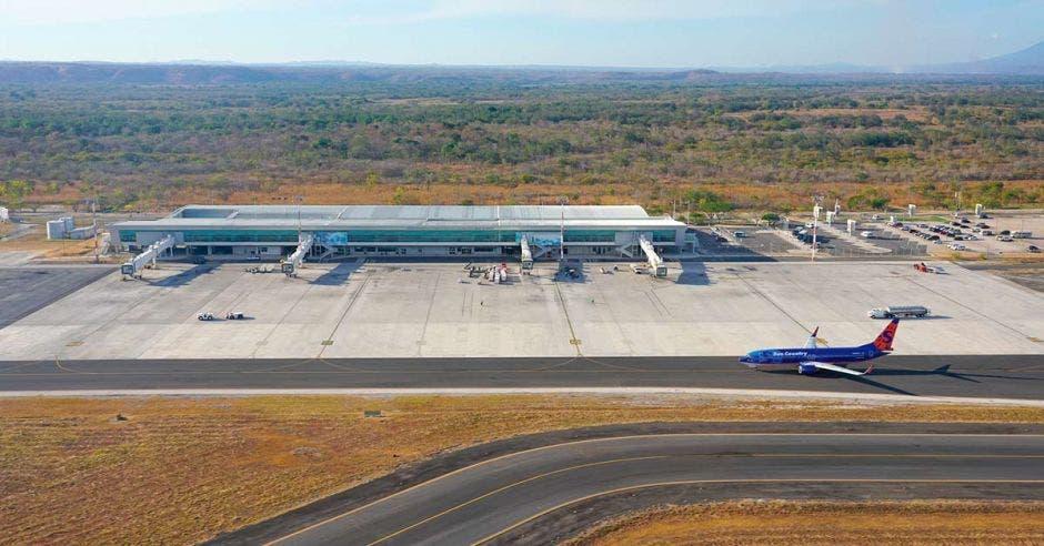 Varios aviones aterrizan en una pista de aterrizaje