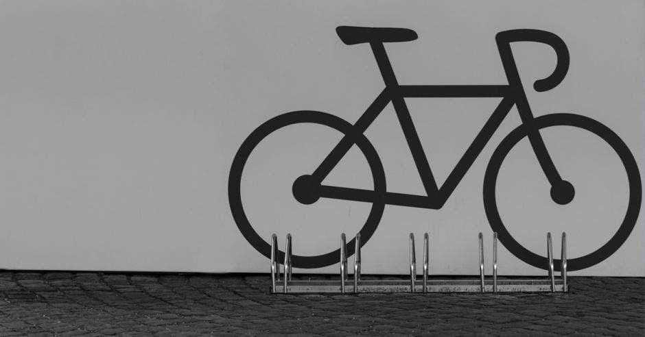 Un estacionamiento de bicis