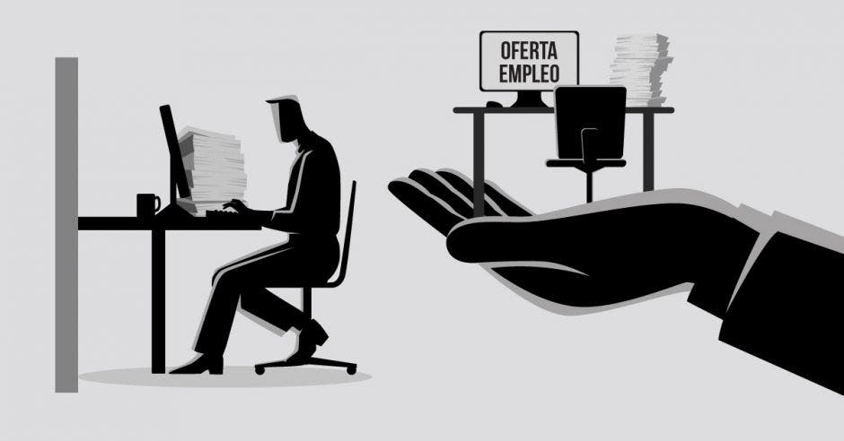 un empleado trabaja en su computadora