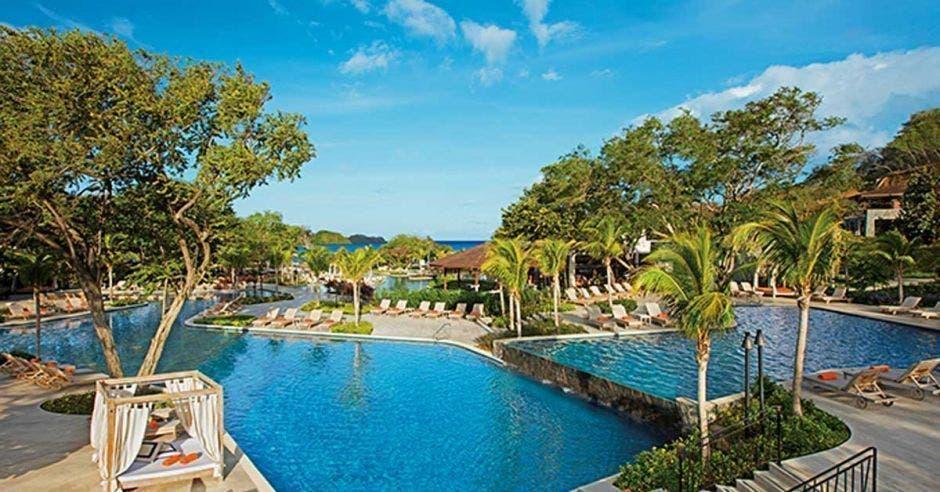 hotel y piscina