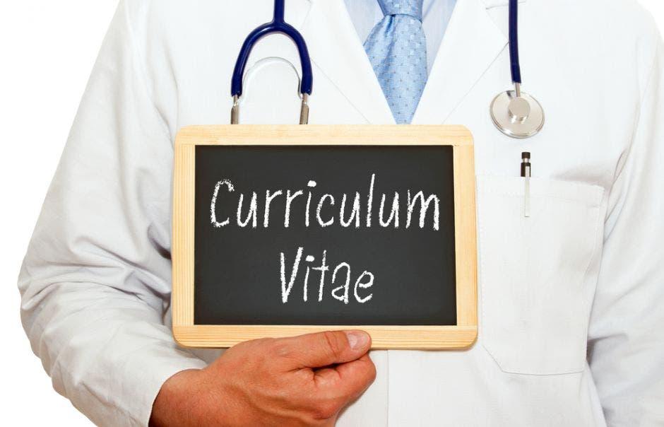 Un médico sosteniendo una pizarra que dice currículum vitae
