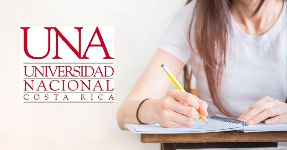 Una estudiante en un pupitre y la palabra UNA