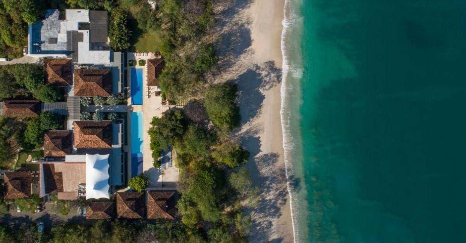 Dos hoteles a la orilla de una playa