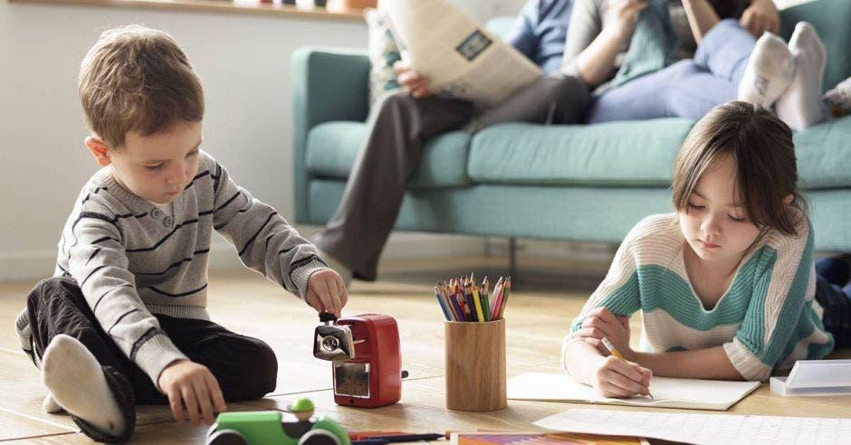 Niños en la sala pintando