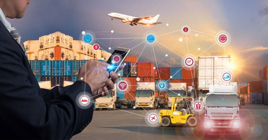tecnologíaen exportaciones: aviones barcos caminiones unidos por una tableta