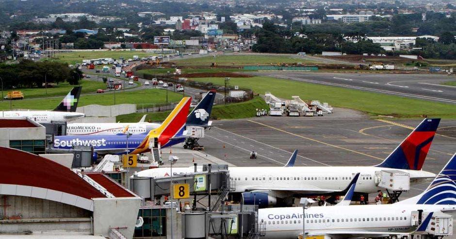 Una fila de aviones en las magas del aeropuerto juan santamaría