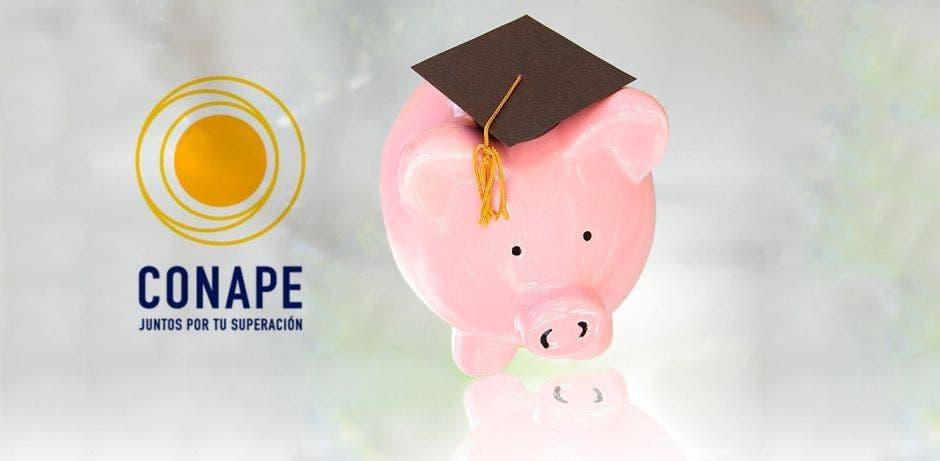 El logo de Conape y una alcancía en forma de cerdo con un birrete