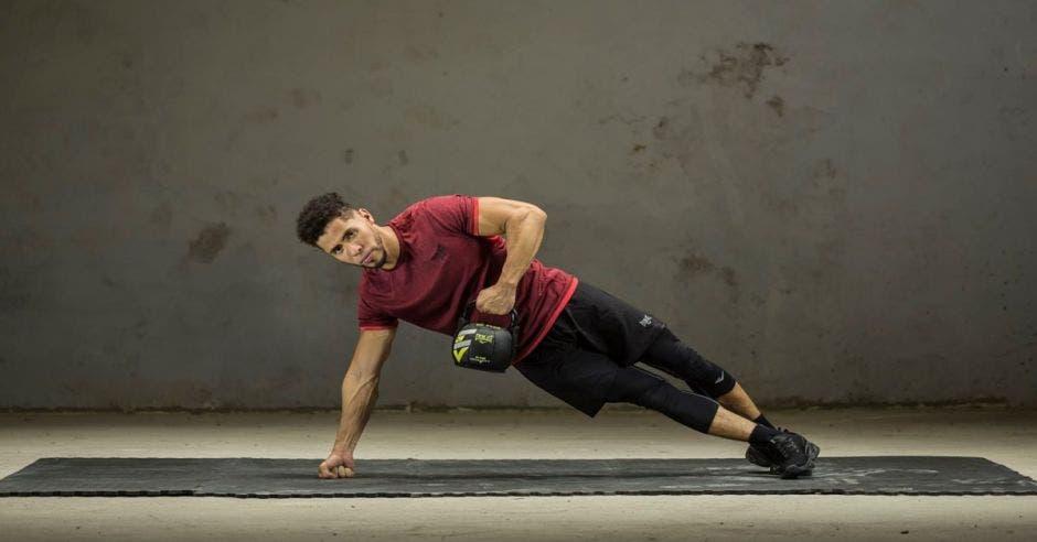 Hombre haciendo ejercicio con pesa rusa