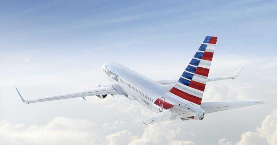 Un avión con la bandera de estados unidos pintada en su cola