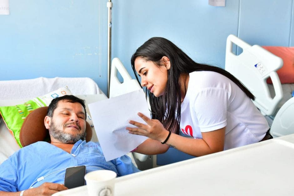 Mujer ayudando a hombre en el hospital