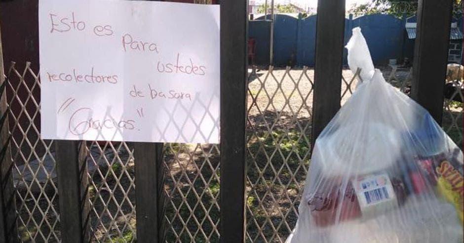 Foto de bolsa con alimentos y un mensaje de agradecimiento a recolectores de desechos