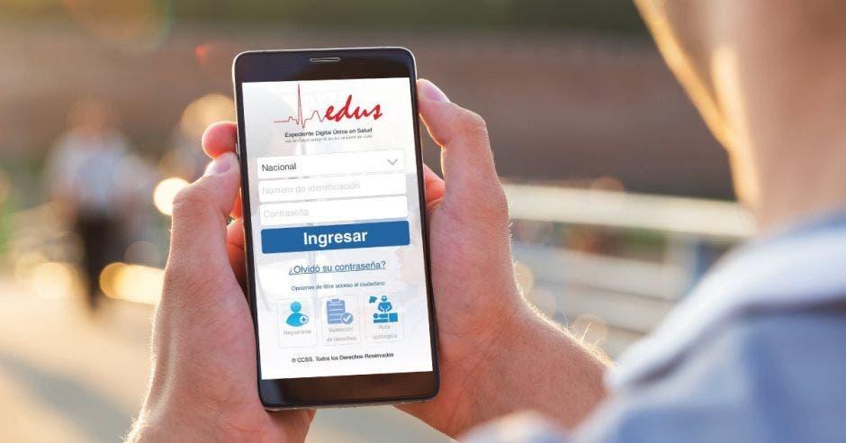 Una persona viendo desde el celular el app del Edus