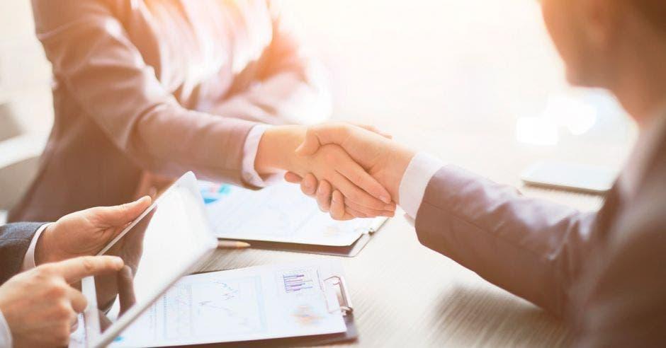 dos  personas dandose la mano
