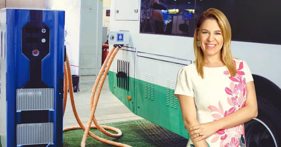 Claudia Dobles y unos buses eléctricos