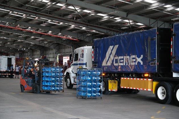 Un camión repartidor con la leyenda Cemex escrita