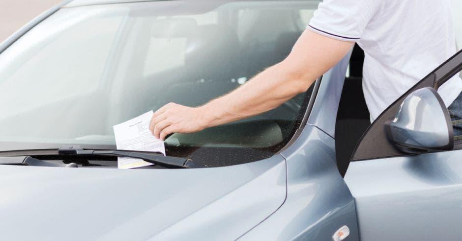 Un vehículo con una multa