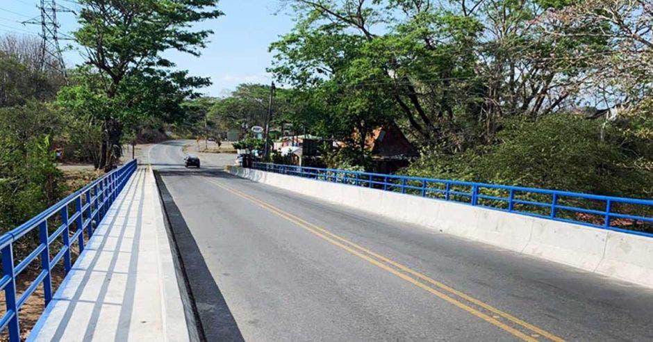 Foto que muestra el paso peatonal reforzado en el puente sobre el Tárcoles