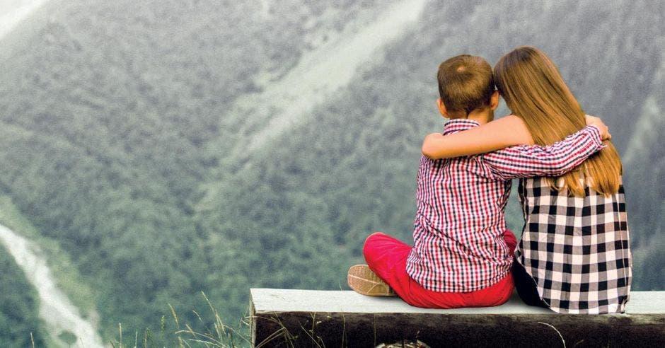 Una niña y un niño contemplan la naturaleza, mirando hacia el futuro.