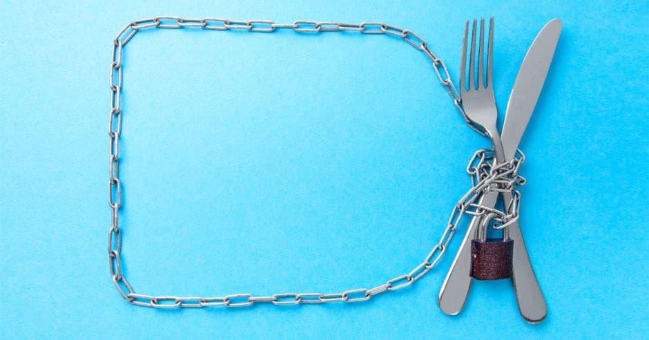 Una cadena sobre un tenedor y un cubierto