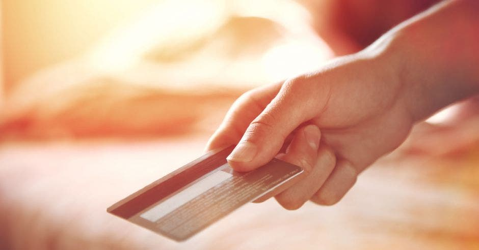 tarjeta de crédito en mano de una persona