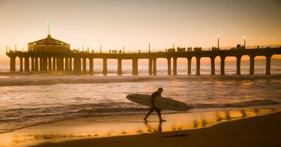 playa y surfista