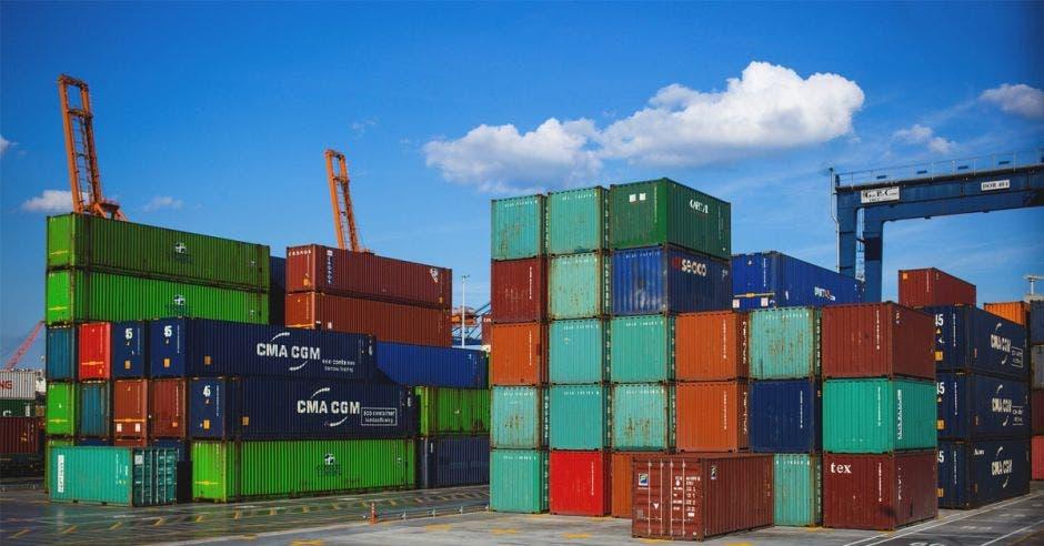 Muchos contenedores en un puerto