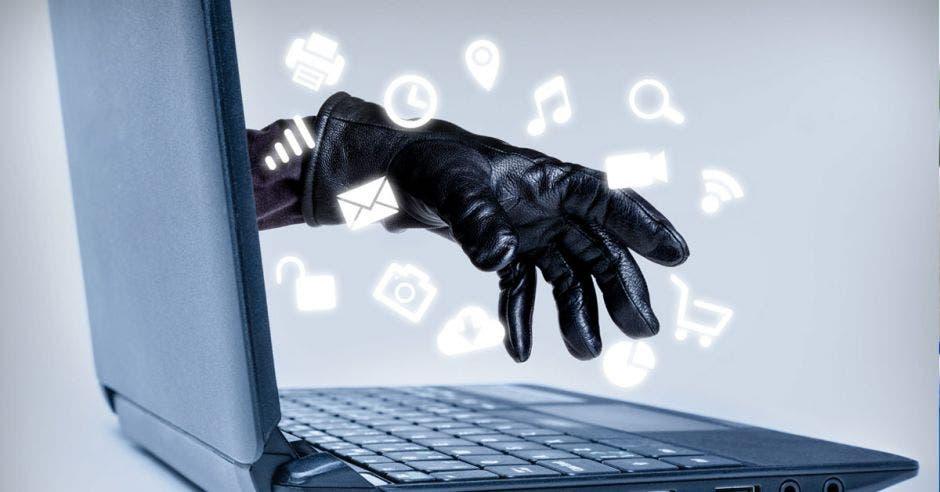 mano saliendo de una computadora con un guante negro