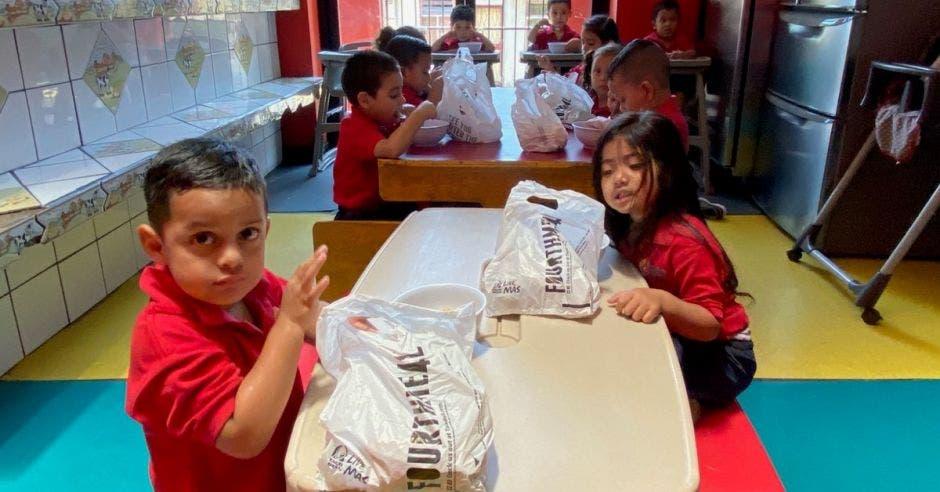 Niños en una mesa con bolsas de Taco Bell