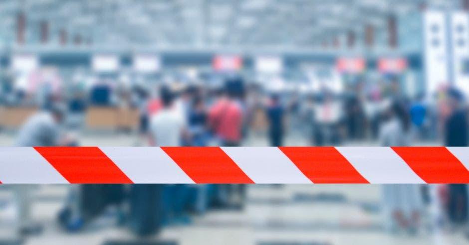 Una cinta que bloquea la entrada a un aeropuerto