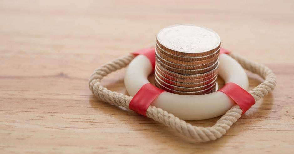 salvavidas con monedas en el  centro