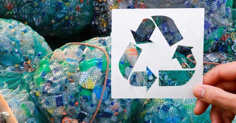 Botellas de reciclaje en bolsas