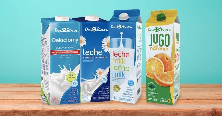 Tres cartones de leche y uno de jugo de naranja